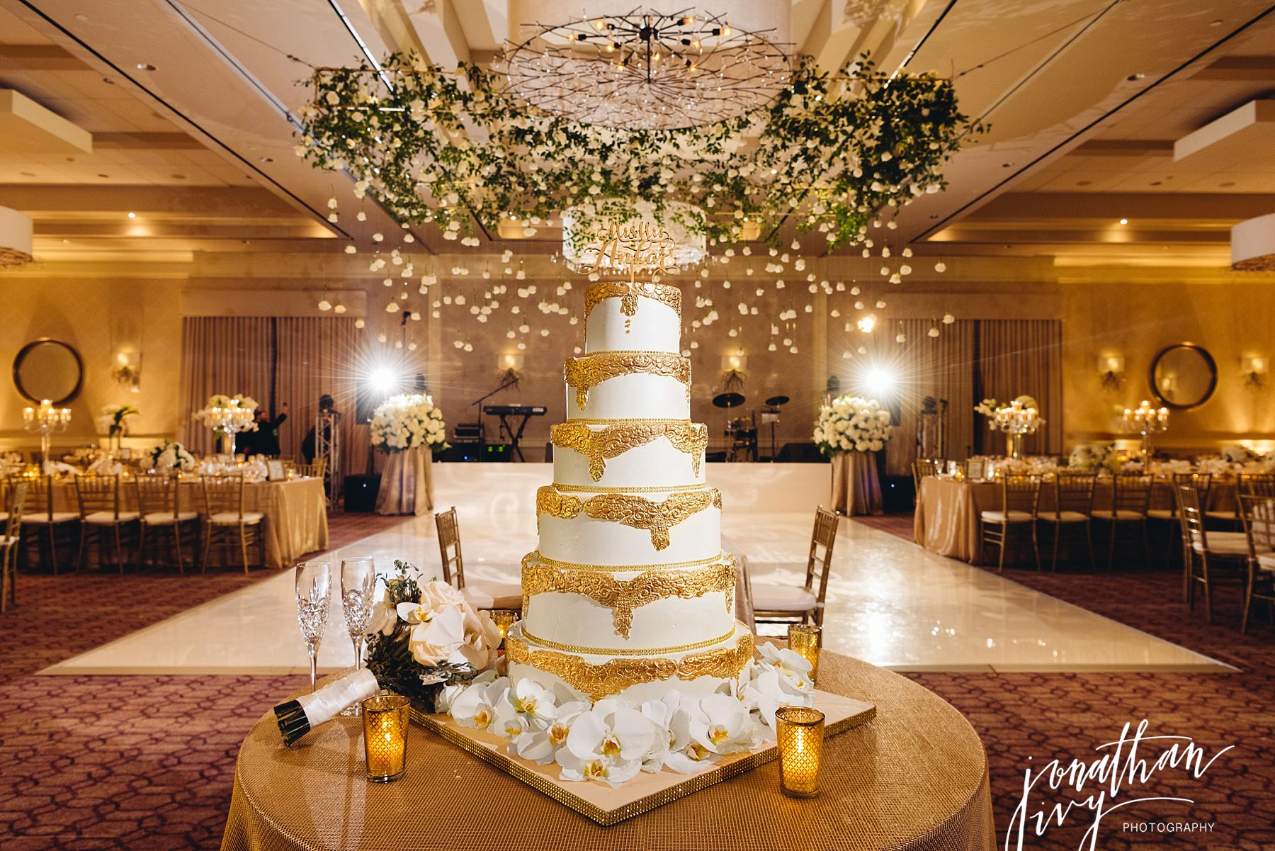 Gold-fondant-and-white-wedding-cake